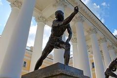 雕象'演奏祖母的人 '亚历山大宫殿 普希金市 库存图片