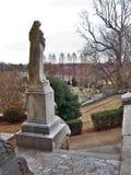 雕象俯视的上帝` s英亩公墓在老萨利姆 图库摄影