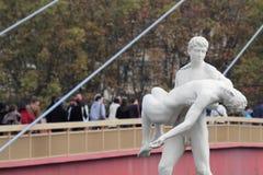 雕象和人行桥 免版税图库摄影