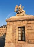 雕象和凡尔赛宫外视图  库存图片