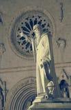 雕象和圣本尼迪克特教会在诺尔恰,翁布里亚, Ita 库存照片
