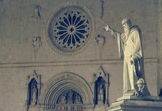雕象和圣本尼迪克特教会在诺尔恰,翁布里亚, Ita 图库摄影