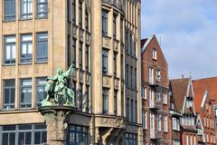 雕象和大厦 免版税图库摄影