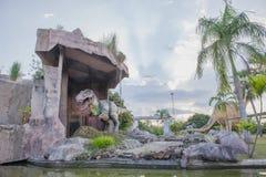 雕象和恐龙在KHONKEAN,泰国公园  库存照片