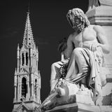 雕象和教会 库存图片