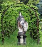 雕象和植物曲拱 免版税图库摄影