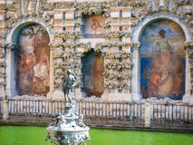 雕象和艺术在欧洲城堡庭院里 库存图片