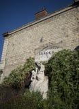 雕象和街道画在巴黎 免版税库存照片