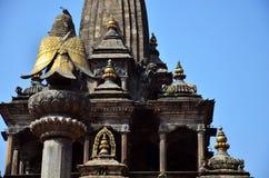 雕象图象守卫在Patan Durbar广场的Hanuman 免版税库存图片