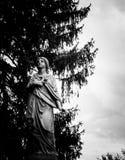 雕象在公墓 库存图片