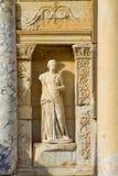 雕象在古老古色古香的市Efes,以弗所图书馆废墟在土耳其 免版税图库摄影