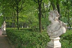 雕象在夏天庭院, StPetersburg,俄罗斯里 库存照片