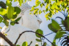雕象在普吉岛泰国一个高小山顶被塑造的大菩萨能从远方被看见 图库摄影