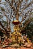 雕象在树下 免版税库存图片