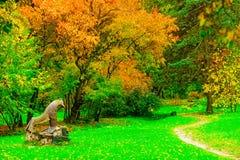 雕象在秋天公园 免版税库存照片