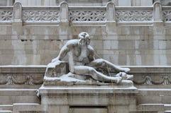 雕象在罗马威尼斯广场在雪下的 图库摄影