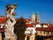 雕象在背景圣尼古拉教会的Vrtbovska庭院,布拉格,捷克里 库存图片