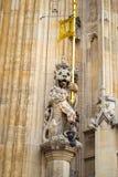 雕象在议会,伦敦房子里  免版税图库摄影
