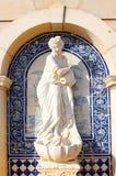 雕象在Estoi宫殿,浪漫建筑学工作  免版税库存图片
