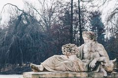 雕象在Lazienki公园-烦扰河讽喻,皇家浴停放,华沙,波兰 免版税库存照片