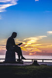 雕象坐了读书在Samila海滩在宋卡 免版税库存图片