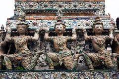 雕象天使(神)在黎明寺、地标和没有1旅游胜地在泰国。 库存照片