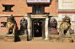 雕象守卫在Bhaktapur Durbar广场的图象狮子 免版税图库摄影
