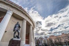 雕象常设在莫斯科地铁站乐团之外有蓝色和云彩背景 库存照片