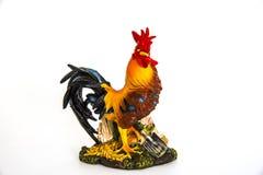 雕象并肩作战象一只庄严五颜六色的鸡、2017新年好标志的和标志 免版税库存照片