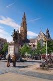 雕象彼得绿色方形的荷兰语的保罗鲁文斯:Groenplaats和我们的背景的夫人惊人的大教堂  库存照片