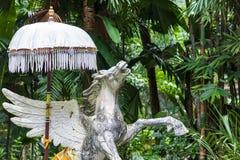 雕象文艺女神佩格瑟斯一个希腊神话形象在一个热带巴厘岛动物园,印度尼西亚里 库存照片