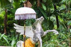 雕象文艺女神佩格瑟斯一个希腊神话形象在一个热带巴厘岛动物园,印度尼西亚里 图库摄影