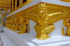 雕象是在佛教的寺庙和garuda被绘的金子装饰的猴子 免版税库存图片