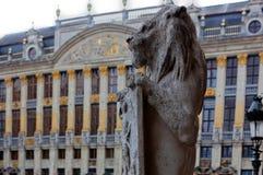 雕象狮子盾布鲁塞尔?比利时 免版税库存图片