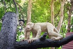 雕象猴子 库存图片