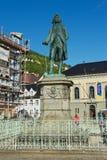 雕象的外部对Ludvig Holberg男爵的在卑尔根,挪威 免版税库存图片