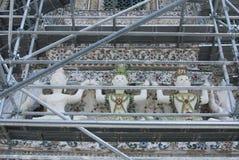 雕象的整修在黎明寺 库存图片