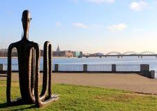 雕象观看的城市全景 免版税库存图片
