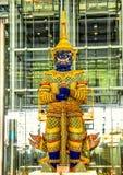 雕象素万那普国际机场 图库摄影
