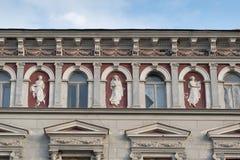雕象-经典建筑风格大厦在布拉索夫,罗马尼亚,特兰西瓦尼亚,欧洲 库存图片