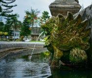 水从雕象嘴在塔曼Ujung水宫殿的被发布 库存图片