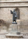 雕象Honterus,在1498-1549居住,站立在黑人教会附近在布拉索夫市在罗马尼亚 图库摄影