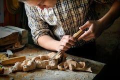 雕刻与切削刀的手工制造艺术切口 库存照片