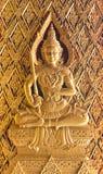雕刻佛教wors的佛教寺庙门公共场所木头 免版税库存图片
