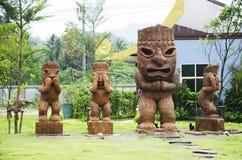 雕刻和雕塑木玩偶蛮子三愿望塑造 免版税库存图片