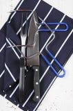 雕刻器物的烘烤火鸡设置了与深蓝条纹围裙 图库摄影
