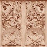 雕刻在寺庙墙壁上的传统泰国样式木头在Tha 库存照片
