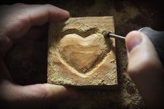 雕刻在心脏形状的木头 免版税库存图片