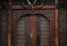 雕刻在房子前面的木头有门视图 库存照片