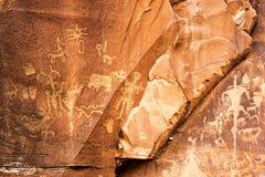 雕刻在报纸岩石,犹他,美国的刻在岩石上的文字或岩石 免版税库存图片